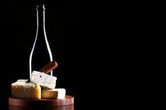 酒和新鲜的干酪 库存图片
