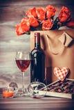 酒和箱巧克力 库存照片