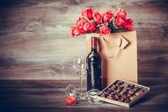 酒和箱巧克力 免版税库存图片