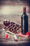 酒和箱巧克力 库存图片