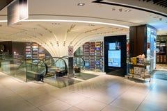 酒和精神新加坡樟宜机场的套楼公寓商店 免版税库存照片