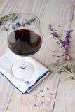 酒和花 免版税库存照片