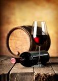 酒和酒桶在桌上 免版税库存图片