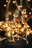 酒和金黄圣诞节球的玻璃 免版税图库摄影