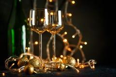 酒和金黄圣诞节球的玻璃 免版税库存图片