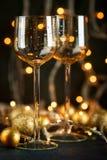 酒和金黄圣诞节球的玻璃 库存图片