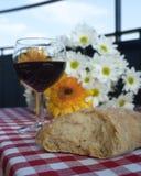 酒和面包 免版税库存照片