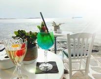 酒和鸡尾酒俯视的海洋 库存照片