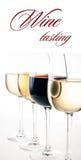 酒品尝,一些杯红色和白葡萄酒 库存照片