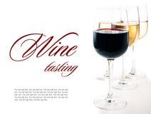 酒品尝,一些杯红色和白葡萄酒 库存图片