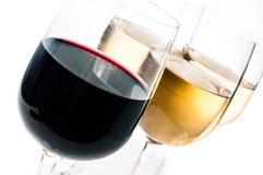 酒品尝,一些杯红色和白葡萄酒 免版税库存图片