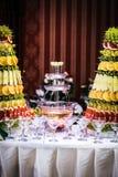 酒喷泉在豪华结婚宴会的 图库摄影