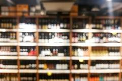 酒在零售店的架子机架背景迷离  库存图片