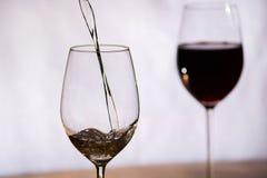 酒填装了入玻璃 免版税库存照片