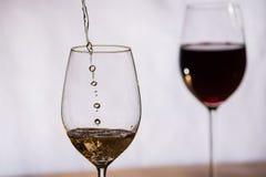 酒填装了入玻璃 免版税库存图片