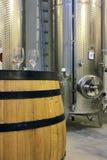 酒工厂和酒杯 免版税库存图片