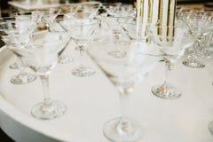 酒干燥的许多空的玻璃在酒吧 关闭照片 免版税图库摄影