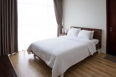 酒店房间床 预定假日概念的一间屋子 免版税库存图片