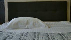 酒店房间的准备 干净的新床单和枕头套 供改变住宿 旅馆服务 股票录像