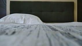 酒店房间的准备 干净的新床单和枕头套 供改变住宿 影视素材