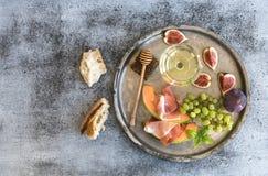 酒开胃菜集合 杯白葡萄酒,蜂窝 免版税库存图片