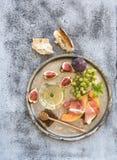 酒开胃菜集合 杯白葡萄酒,蜂窝 库存照片