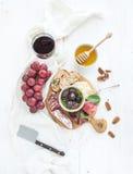 酒开胃菜集合 红色玻璃,葡萄,巴马干酪 免版税库存图片