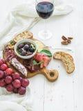 酒开胃菜集合 红色玻璃,葡萄,巴马干酪 库存图片