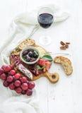 酒开胃菜集合 红色玻璃,葡萄,巴马干酪 免版税库存照片