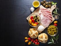 酒开胃菜集合 被烘烤的火腿、红色和叫喊开胃小菜盛肉盘  库存照片