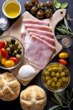 酒开胃菜集合 被烘烤的火腿、红色和叫喊开胃小菜盛肉盘  库存图片
