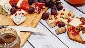 酒开胃菜-乳酪和果子 免版税库存图片