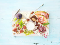 酒快餐集合 无花果、葡萄、坚果、乳酪品种、肉开胃菜和草本 库存照片