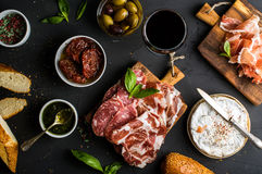 酒快餐集合 红色,肉选择,地中海橄榄,各式各样的蕃茄,长方形宝石切片,软制乳酪玻璃  库存图片