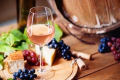 酒杯、乳酪、葡萄和桶 免版税库存图片