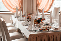 酒杯、餐巾和果子在桌上宴会的 免版税库存照片