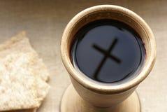 酒杯和十字架 免版税库存照片