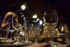 酒杯和桌设置在餐馆 免版税库存照片