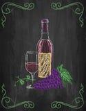 酒杯和瓶用葡萄和藤在黑板backgr 免版税库存照片