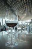 酒杯用在白色bokeh背景的红葡萄酒在豪华餐馆 库存图片