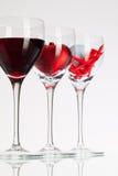 酒杯用红葡萄酒、心脏和高尔夫球 免版税库存图片
