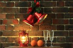 酒杯用香槟和装饰灯在砖墙背景 免版税库存照片