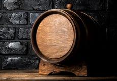 酒桶和砖 免版税库存照片