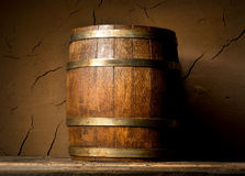 酒桶和黏土墙壁 图库摄影