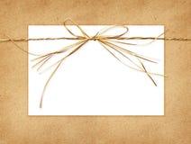 酒椰弓和在工艺纸栓的卡片 免版税库存图片
