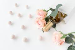 酒瓶、玫瑰和香宾块菌 库存照片