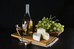 酒瓶、青纹干酪、杯酒和葡萄 图库摄影