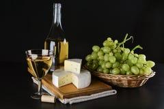 酒瓶、青纹干酪、杯酒和葡萄 库存照片