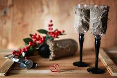 酒瓶书和玻璃葡萄 免版税图库摄影