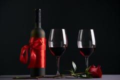 酒瓶和两个葡萄酒杯 免版税图库摄影